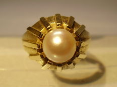 14 kt ring with genuine, large Akoya pearl of 3 ct, made by a goldsmith