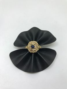 Women's ring in 18 kt gold with central sapphire, 0.50 ct, and antique cut diamonds for a total of 1 ct