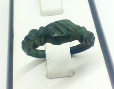 Medieval bronze ring / with clasped hand motif on bezel - 18 mm