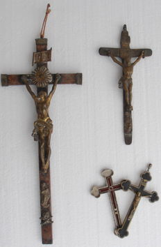 Lot composed of 3 antique crucifixes, Italy (19th century)