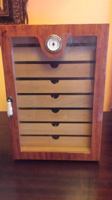 Solid wood wardrobe, to keep and to humidify cigars