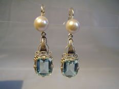 Art Deco earrings with facetted light blue spinels of 7.5 ct and delicate grey pearls