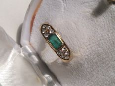 Ring in 750/1000 gold with natural emerald and 10 brilliant cut diamonds.