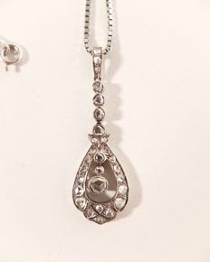 Art Nouveau pendant in 18 kt and platinum, with a necklace, 8.1 grams