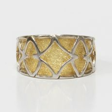 18 kt Yellow gold ring textured with rhombi and ovals in white gold - Size: 17 mm 13.5/53.5 (EU)