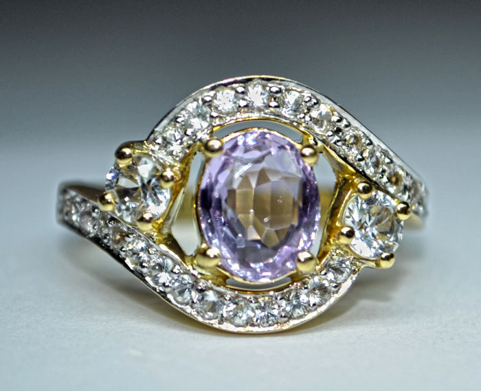 18 ct. gold Ring  6.06 g  set  with 1.71 ct  pinkish purple sapphire  and  1.03 ct  colorless  sapphires