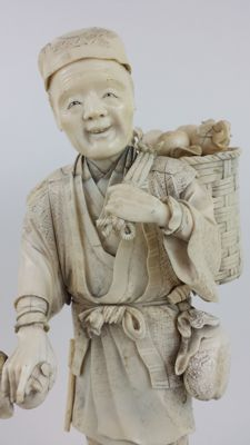 Large Ivory Okimono of a fruit seller (35,5 cm) - Japan - 19th century (Meiji period)