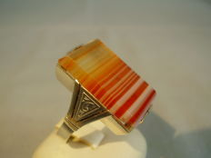 Men's ring with large striped agate of 15 ct and hand engraving, handmade circa 1900