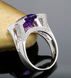 Amethyst brilliant ring 4.96 ct, of which 0.76 ct are brilliants, elegant geometric design, 750 white gold - ring size: 55