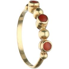 14 kt - yellow gold ring, set with precious coral - ring size: 15.75 mm