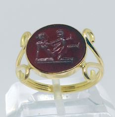 18 kt yellow gold cocktail ring With erotic scene carnelian