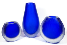 Alberto Dona (Murano) - three Battuto vases in blue