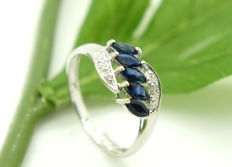 14 kt - white gold - ladies' - ring - 5 sapphires of 0.1 ct, 0.5 ct in total.  - 4 brilliant cut diamonds of 0.01 ct, total 0.04 ct.