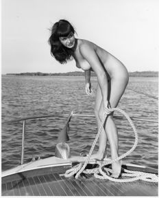 Photo; Bunny Yeager - Bettie Page - 1980