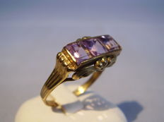 Antique gold ring with three facetted amethyst squares of 1.50 ct in total.