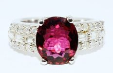 Ring of 4.92 ct with natural pink tourmline and diamonds -no reserve price-