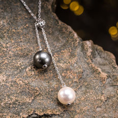 Tahiti pearl and Akoya sea pearl necklace. Pearl diameter: 9.1-8.6mm. Weight: 3.67g