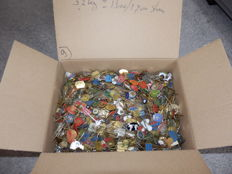 Huge collection Metal pins in cardboard box, about 3.2 kg. Approx. 1600 - 1700 pieces