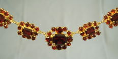 Antique gold necklace with facetted garnets in a rose and rectangular cut of 12 ct in total.