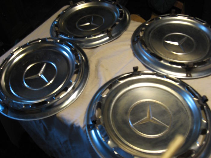 Mercedes W114/115/123 - Chrome hubcaps