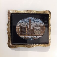 Grand Tour - Brooch with micro mosaic - Piazza San Marco - Venice - late 19th century - In yellow gold setting edging with brooch ring