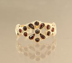 14 kt rose gold ring set with garnet, ring size 17.5 (55)