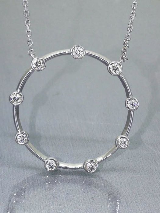 Pendant with 9 brilliant cut diamonds of 0.30 ct in total on a necklace