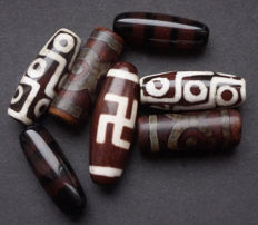 7 amulets in agate stone - Tibet - 20th and 21st century