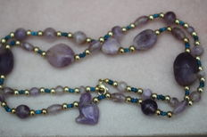 Egyptian necklace with three amethyst scarabs and in the centre an amethyst amulet of a cat - L: 65 cm.