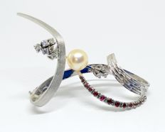 Vintage 18 kt white gold brooch with pearl - 9 diamonds and 13 rubies - maximum size 5.3 cm