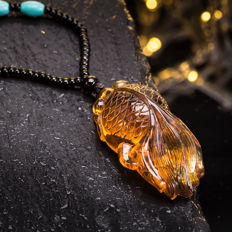Amber pendant in Burma. Hand engraving. Weight: 20.5 G