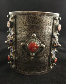 Antique Berber anklet in high-grade silver with corals and polychrome enamels - Algeria, early 20th Century