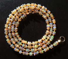 Necklace of Welo fire opals - 14 kt gold clasp - 36 ct, Total length 57.3 cm.