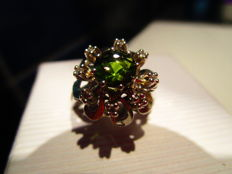 White gold ring in the shape of a flower, with a green tourmaline
