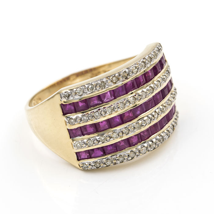 Cocktail ring in 18 kt yellow gold with diamonds of 0.60 ct and 33 rubies. Size: 22 (SP)