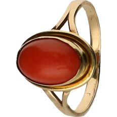 14 kt Yellow gold ring, set with precious coral. – ring size: 16.5 mm