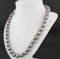 Fine silvery grey Tahitian pearl necklace 9.0-11.4 mm diameter, 558 white gold ---NO reserve---