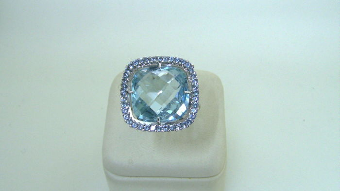 18 kt blue topaz ring - topaz edge - size 15 - free size adjustment s/n