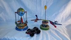 Niedermeier/Wagner, Western Germany/Marx, USA - Niedermeier/Wagner, Western Germany/Marx, USA - Several dimension - Lot with 2 tin carousels and race car with mechanism, 1950s/80s