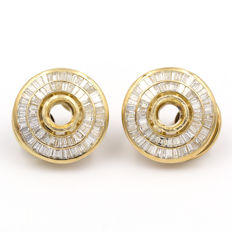 Round earrings in yellow gold with 4 ct of white diamonds