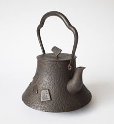 A particular cast iron kettle (tetsubin). Decorated with trapezoidal pieces from Japanese chess (shogi). Signed - Japan - late 19th century (Meji period)