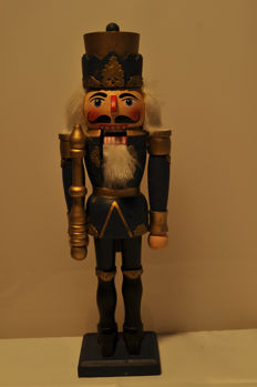 3 Nutcrackers, probably from the Ore Mountains, German Democratic Republic, approx. 26 to 37 cm high