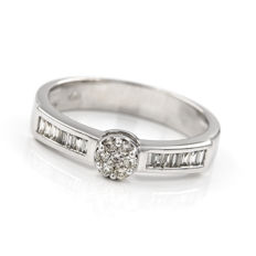 18 kt/750 white gold - Cocktail ring - 7 brilliant-cut diamonds in pressure setting and 14 baguette-cut diamonds - Size: 15 (Spain)