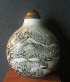 Chinese porcelain snuff bottle,  Winter scene - China - late 20th century