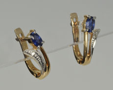 14 kt gold. Earrings. Diamond - 0.011 ct in total. Sapphire: 0.58 ct in total. Weight: 2.73 g No reserve price.