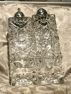 Richly carved Baccarat crystal - Crystal duo of salt-cellar and pepper shaker.