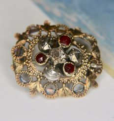 Circa ca. 1900 Art Nouveau original Antique brooch with roos cut diamonds and old cut Almandine Garnets in very beautiful frame.