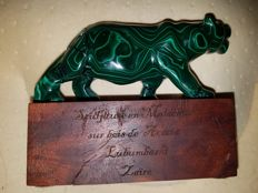 Green Malachite sculpture on Acacia wood - 14 x 11 xm - 696 gm