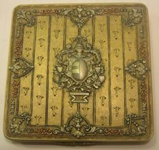 Cigarette box in 18 kt gold, with finely chiselled heraldic coat of arms