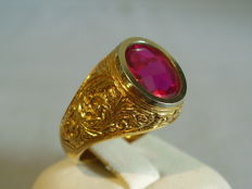 Antique Victorian 18 kt gold ring with faceted Verneuil ruby weighing 3.5 ct
